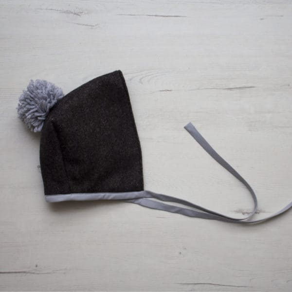 capota pompón gris